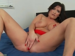 Curvy solo milf masturbates and fingers in sofa