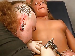 A chap makes a tattoo on the body crumbs